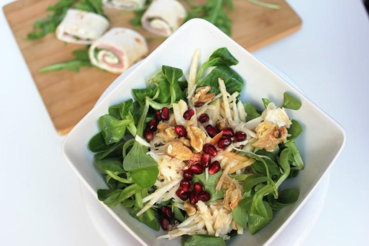 Waldorfsalat mit Weizenschinkenröllchen