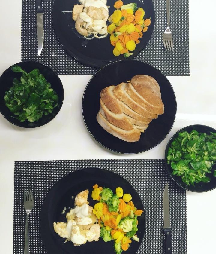 Putenfilets mit Mozzarella, Gemüse undFeldsalat