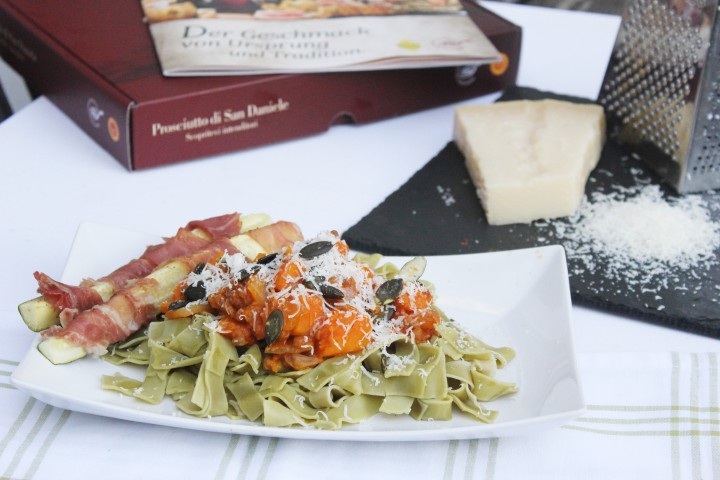 Kürbislinsenpasta mit Grana Padano und Zucchini-Prosciutto Sticks